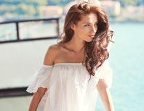 穿白色抹胸白衣的美丽女人摄影图片