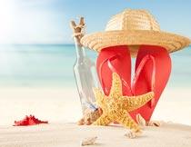 沙滩上的海星拖鞋与许愿瓶摄影图片