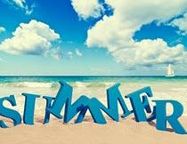 沙滩上的夏日英文立体字摄影图片