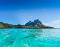 蔚蓝天空下美丽的海洋风景摄影图片