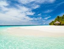 蓝天白云下的美丽海滩风光摄影图片