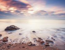 美丽晚霞下的海滩岩石风光摄影图片