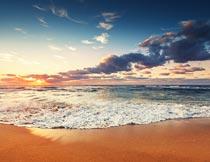 美丽彩霞下的沙滩海浪风光摄影图片