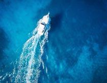 蓝色海面上正在行驶的快艇摄影图片