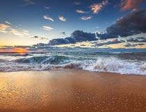 美丽晚霞下的沙滩海浪风光摄影图片