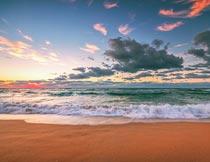 美丽晚霞下的沙滩海浪景色摄影图片