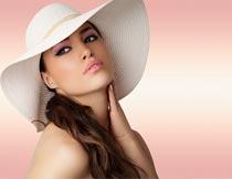 戴帽子的性感彩妆美女局部摄影图片