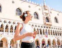 戴太阳镜手机听音乐的美女摄影图片