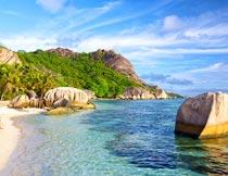 蓝天白云大海岩石山峰美景摄影图片
