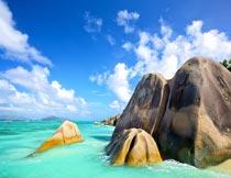 蓝天白云下的大海岩石美景摄影图片