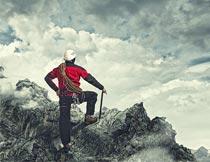 登上山顶的男人背影特写摄影图片