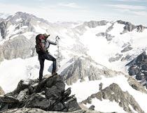 登山雪山山顶的男人特写摄影图片