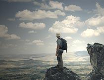 站顶峰欣赏云端风光的男人摄影图片