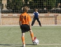 草地准备射门的足球运动员摄影图片