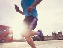 城市跑步的男人腿部特写摄影图片