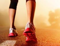 马路上跑步的女人腿部特写摄影图片