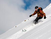 雪地里的滑雪爱好者特写摄影图片