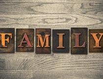 木板上的立体英文家庭字母摄影图片