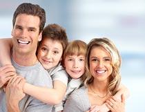 微笑相拥的幸福四口之家摄影图片