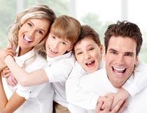 穿白色衣服的幸福四口之家摄影图片