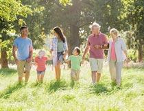 手拉手逛公园的幸福大家庭摄影图片