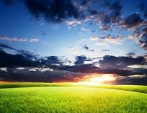 蓝天白云晚霞与草地美景摄影图片