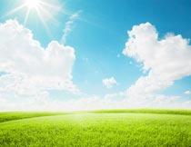 阳光蓝天白云与草地风光摄影图片
