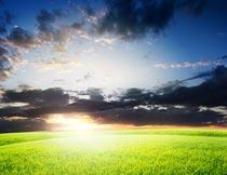 蓝天云朵晚霞与草地风光摄影图片