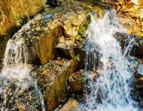 岩石上湍急的瀑布流水景观摄影图片
