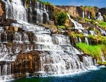 山石上波澜壮阔的瀑布美景摄影图片