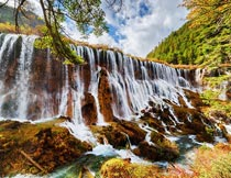 秋天山林里唯美的瀑布景观摄影图片