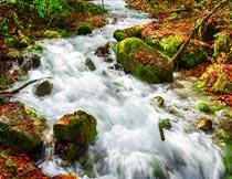 秋天美丽的瀑布流水与岩石摄影图片