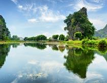 山间美丽的水面与树木倒影摄影图片