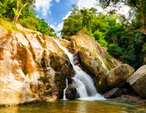 林间山石瀑布水流自然美景摄影图片
