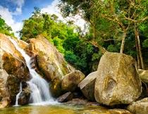 蓝天白云树林岩石瀑布美景摄影图片