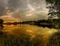 傍晚的河流与树木自然风光摄影图片