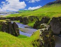 蓝天白云下美丽的青山绿水摄影图片