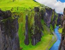 蓝天白云下的山间河流美景摄影图片