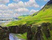 蓝天白云河流与山崖风光摄影图片