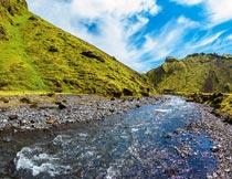 蓝天白云山峰河流石头美景摄影图片