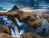 黄昏下美丽的河流山峰瀑布摄影图片
