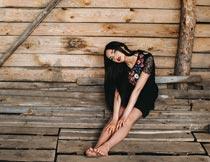坐在木板上的性感红唇美女摄影图片