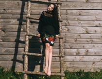 站在楼梯上的乌克兰美女摄影图片