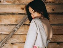 站木板前穿裙子的性感美女摄影图片