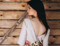 站木板前露背的性感美女摄影图片
