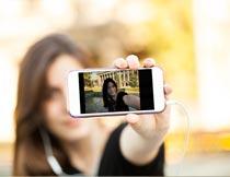 公园池边用手机自拍的美女摄影图片