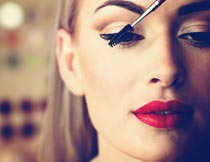 涂睫毛膏的彩妆红唇美女摄影图片