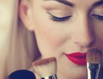 拿化妆笔的性感红唇美女摄影图片