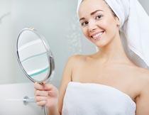 拿镜子头戴浴巾的性感美女摄影图片