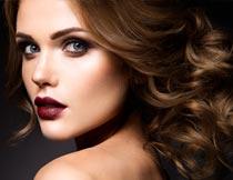 性感酒红色嘴唇卷发美女摄影图片